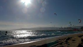 Wiele blisko grodzkiego Palamos Kitesurfers w słonecznym dniu w Hiszpania, w Costa Brava, zdjęcie wideo