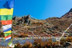 Wiele buddyjska modlitwa zaznacza otaczającą świętą ziemię nad Muktinath fotografia stock