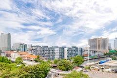 Wiele budynki i wierza w mieście Bangkok z chanel, ulicą i mostem jako przedpole, Bangkok, Tajlandia Marzec 12, 2017 zdjęcia stock