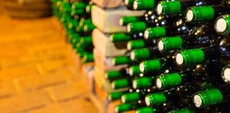 Wiele butelki w wino lochu Obrazy Stock