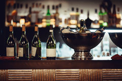 Wiele butelki wino w metalu rzucają kulą na barze Obraz Royalty Free