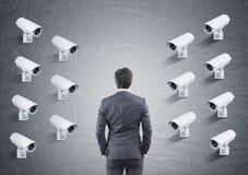 Wiele CCTV kamery na jeden ściennym, tylni widok mężczyzna obraz stock