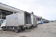 Wiele ciężarówka parkuje przy Hon Ro portem morskim w Nha Trang miasta czekaniu dla rybołówstw owoce morza fabryka Zdjęcia Stock