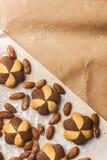 Wiele ciepli Migdałowi ciastka na rzemiosło papierze fotografia stock