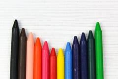 Wiele colourful kredka, odizolowywająca na białej powierzchni zdjęcia stock