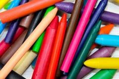 Wiele colourful kredka, odizolowywająca na białej powierzchni obraz stock