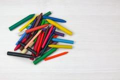 Wiele colourful kredka, odizolowywająca na białej powierzchni obrazy stock
