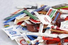 Wiele cukrowe saszetki kawiarnie i restauracje od różnych krajów Illustrative redakcyjne fotografii kolekci paczki Fotografia Royalty Free