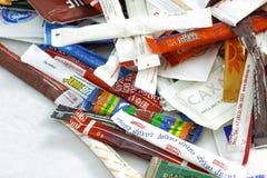 Wiele cukrowe saszetki kawiarnie i restauracje od różnych krajów Illustrative redakcyjne fotografii kolekci paczki Zdjęcia Stock