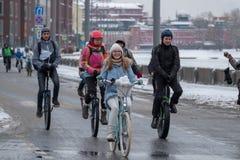 Wiele cykliści uczestniczą w zimy rowerowej paradzie wokoło centrum miasta Zdjęcia Royalty Free