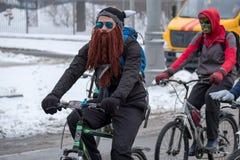 Wiele cykliści uczestniczą w zimy rowerowej paradzie wokoło centrum miasta Obraz Royalty Free