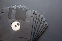 Wiele czarna komputerowa dyskietka na ciemnym tle fotografia stock