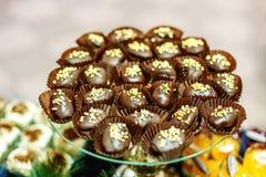 Wiele czekoladowi torty na szklanej tacy Pojęcia jedzenie, desery, ponowni Zdjęcia Royalty Free