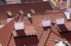 wiele czerwieni płytki na dachach domy Europejscy miasta Zdjęcia Stock