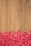 Wiele czerwoni mali papierowi serca kształtowali na drewnianym tle Obraz Royalty Free