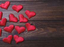 Wiele czerwoni serca na brown drewnianym stole Fotografia Royalty Free