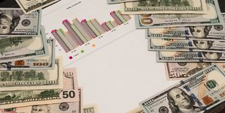 Wiele dolarowi banknoty są czarnym stołem Gotówkowy pieniądze amerykanina dolar Ciekawy tło w gotówkowych i matematycznie grafika zdjęcia stock