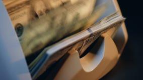 Wiele dolarowi rachunki liczyli na waluty odliczającej maszynie zdjęcie wideo
