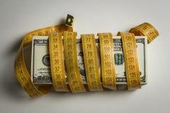 Wiele dolarowi rachunki wiążący z metrem obrazy stock