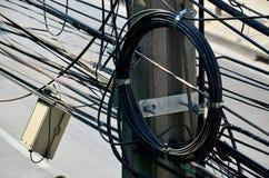 Wiele druty upaćkani z kablami, transformatorami i telefonem linii energetycznej, Obrazy Royalty Free