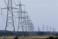 Wiele elektryczni pilony w długim rzędzie obrazy stock
