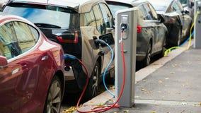 Wiele elektryczny samochód ładuje ładuje stacjami w parking zbiory