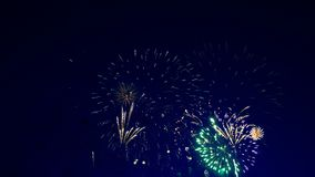 Wiele fajerwerków jaskrawy pęknięcie w niebie zdjęcie wideo