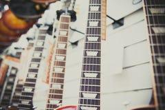 Wiele gitar elektrycznych szyje wyrównywać w sklepie Fotografia Stock