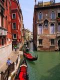 Wiele gondole w wąskim kanale w Wenecja Włochy obrazy stock