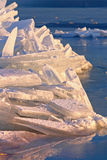 Wiele iceblocks na each inny w Jeziornym Balaton Fotografia Stock