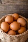Wiele jajka w koszu Zdjęcia Stock