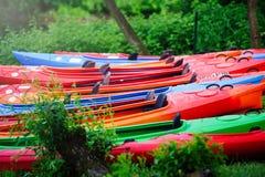 Wiele kajaków stojak na zielonym brzeg brzeg zdjęcie stock