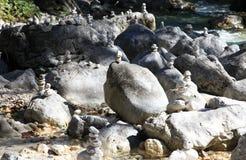 Wiele kamieni stosy blisko rzeki zdjęcia royalty free