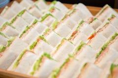 Wiele kanapki na drewnianej tacy fotografia royalty free