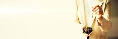 Wiele klucze w rękach na lekkim tle Pogodny ranku światło kosmos kopii sztandar Obraz Stock