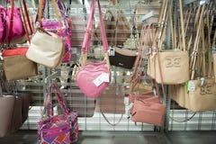 Wiele kobiet buty na stojaku przy dyskontowym sklepem Burlington pokrywają fabrykę Tam są stillettos zdjęcia stock