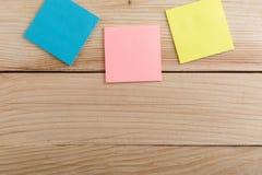 Wiele kolorowa kleista notatka na drewnianym biurku kosmos kopii obraz royalty free