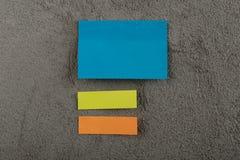 Wiele kolorowa kleista notatka na popielatym cementowym tle kosmos kopii zdjęcie royalty free