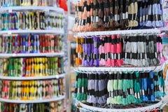 Wiele kolorowa nić dla broderii w sklepie Zdjęcie Royalty Free