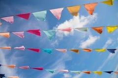 Wiele kolorowe flaga przeciw niebieskiemu niebu Zdjęcie Royalty Free