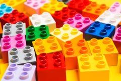 Wiele kolorowe plastikowe ceg?y zabawkarski dziecko konstruktor na ? zdjęcia royalty free