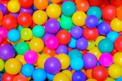 Wiele kolorowe plastikowe pi?ki w basenie gemowy pok?j zdjęcia royalty free