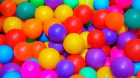 Wiele kolorowe plastikowe pi?ki w basenie gemowy pok?j zdjęcie royalty free