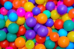 Wiele kolorowe plastikowe pi?ki w basenie gemowy pok?j fotografia royalty free