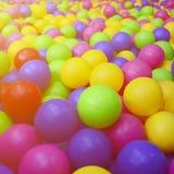 Wiele kolorowe plastikowe piłki w kids& x27; ballpit przy boiskiem fotografia royalty free