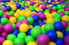 Wiele kolorowe plastikowe piłki w kids& x27; ballpit przy boiskiem zdjęcie royalty free