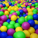Wiele kolorowe plastikowe piłki w kids& x27; ballpit przy boiskiem zdjęcia stock