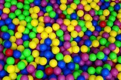 Wiele kolorowe plastikowe piłki w kids& x27; ballpit przy boiskiem obrazy stock