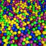 Wiele kolorowe plastikowe piłki w kids& x27; ballpit przy boiskiem obraz stock
