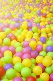 Wiele kolorowe plastikowe piłki w kids& x27; ballpit przy boiskiem fotografia stock